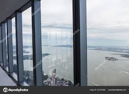 Blick Auf Bewölkten Himmel Und New York City Durch Fenster