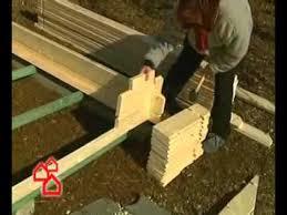 An der vorderwand beginnend werden nun die einzelnen dielen für den fussboden verlegt. Gartenhaus Aufbauen So Geht S Richtig Bauhaus Youtube