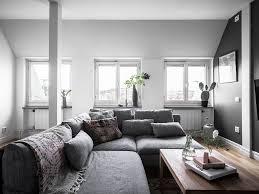 Een Grijze Studio Met Prachtig Hout En Mooie Hanglampen