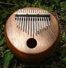 A traditional kalimba consists of a staggered Kalimba Musica Pequena Kalimba Oficios Artisticos Armonica