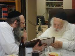 File:הרב קנייבסקי עם בנו הרב אברהם ישעיהו.jpg - Wikimedia Commons
