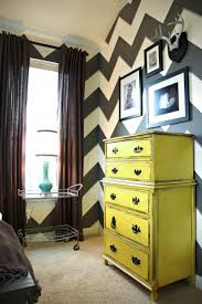 CI-LivingWithLindsay_black-and-white-chevron-walls_s3x4
