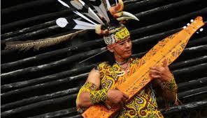 Cara memainkannya sendiri dengan dipetik dibagian senarnya. Alat Musik Kalimantan Selatan 11 Alat Musik Tradisional