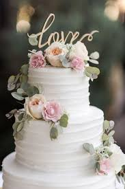 flowers on wedding cake. classic vineyard wedding with a touch of vintage california charm. cake whiteflower flowers on o