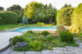 Giardino backyard roccia con interrata esterna piscina