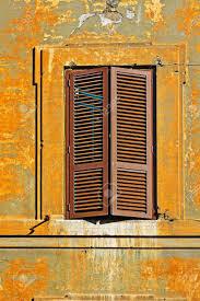 Italienische Fenster Mit Geschlossenen Fensterläden Aus Holz In Rom