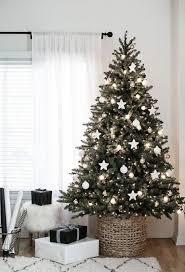 Weihnachtsbaum Schmücken In Silber Und Weiß Und Sie Haben