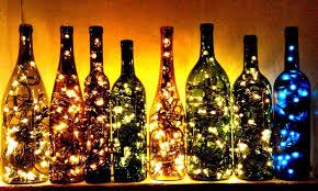 Bottiglie di vetro con dentro le luci natalizie