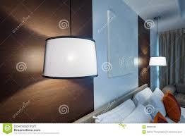 Lichte Lamp Witte Hanger Op Plafond In Slaapkamer Stock Afbeelding