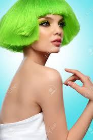 女性髪の毛ファンキーな緑の髪型とプロのメイク ビューティー