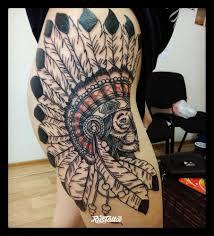 фото татуировки лев в стиле графика татуировки на бедре