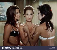 Englisch: Rosalba Neri, Eva Thulin und Edwige Fenech in einem Screenshot  aus dem Film Top Sensation (1968). 1968. Hannah ma bestah 11 Beba (2  Stockfotografie - Alamy
