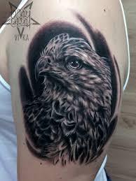 орел на плече татуировка в реализме сделать тату у мастера вики
