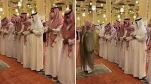 بالفيديو .. أمير الرياض يؤدي الصلاة على الفقيدة الأميرة نوف بنت خالد بن  عبدالله