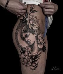 тату на бедрах девушки пионы и греческая богиня фото рисунки эскизы