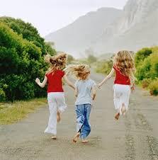 Resultado de imagem para alegria crianças estudando correndo