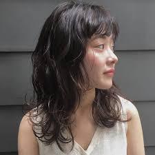 黒髪さんも軽い印象にミディアムのレイヤーヘアカタログ キナリノ