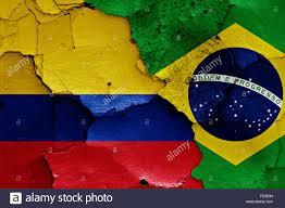Bandiera del Brasile e bandiera della Colombia su uno sfondo muro incrinato  Foto stock - Alamy