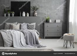 Einfarbig Grau Schlafzimmer Innenraum Mit Einem Großen Bett Mit