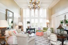 a gray and white crisscross geometric rug fills the room with a relaxing energy while