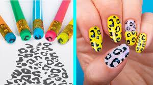 Siempre es importante mantener nuestras uñas muy bien decoradas y que vayan acorde a nuestra ropa y maquillaje. 11 Trucos Extranos Para Unas Manicura Usando Solo Utiles Escolares Youtube