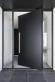 Ok, não são todos que podem ter uma porta destas em casa (nem uma parede de seis metros de altura), mas, ainda assim, é linda, certo? Porta De Entrada Principais Tipos Modelos E Fotos Inspiradoras