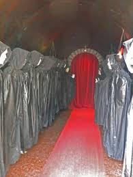 halloween diy haunted house - Buscar con Google | Halloween Decor |  Pinterest | Haunted houses, Halloween diy and House