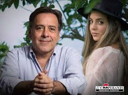 """Corina Smith interpretó junto a su padre, el político Roberto Smith, el  tema """"Completa""""   El Cooperante"""