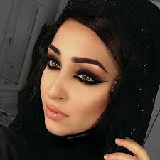 nazanasghar balanced out her arabic smokey eye look with a peach lip