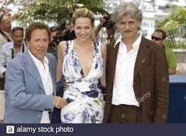 Laura Chiatti mit Giacomo Rizzo (l) und Fabrizio Bentivoglio posieren für  die Medien während des Fotoalles von 'L'Amico di Famiglio' während des  Filmfestivals 59th in Cannes, Frankreich am 25. Mai 2006. Foto