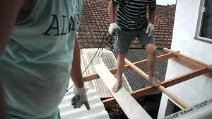 Hoje a forma mais correta e ecológica de se fazer um telhado é o metálico, o brasil tem uma das maior jazidas de de minérios de ferro , que é um material totalmente reciclável, e o custo é quase o mesmo se levarmos em conta o custo beneficio fica mais barato que a madeira. Colocando Telhado Na Garagem Ii Youtube