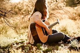 Devojka koja svira gitaru… | zero divider