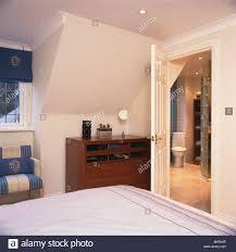 Moderne Dachgeschoss Schlafzimmer Mit Tür Offen Bad Stockfoto