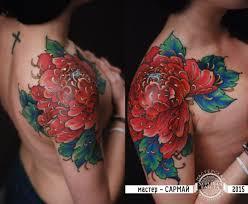 красная хризантема на плече у девушки фото татуировок