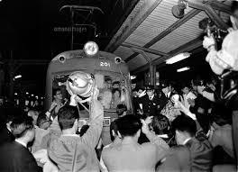 さよなら玉電 花束を贈られる最終電車の運転士と車掌 渋谷駅02654000019
