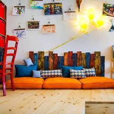 Mittelgroßes, Neutrales Modernes Kinderzimmer Mit Spielecke, Weißer  Wandfarbe, Laminat Und Braunem Boden In