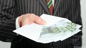 Коррупция в Германии успехи в борьбе с неистребимым злом  Мужчина в дорогом костюме держит конверт с наличными деньгами