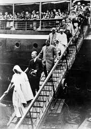 mahatma gandhi with other leaders leaving s s rajna ship at milles during round table conference september 11 1931