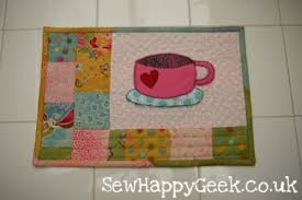 22 Adorable Free Mug Rug Patterns! - Jacquelynne Steves & Happy House Mug Rug: Adamdwight.com