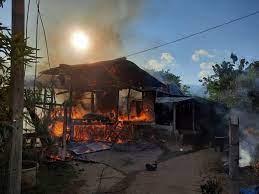ไฟไหม้บ้านไม้วอดหมดทั้งหลังไม่เหลือซาก มีชาวบ้านช่วยไก่ได้ 1 ตัว สภาพไหม้เกรียมเกือบตาย  - 77 ข่าวเด็ด