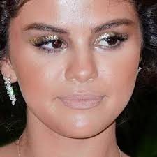 selena gomez makeup black eyeshadow gold eyeshadow lipstick steal her style