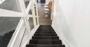 Zum kleben verwendet man am besten doppelseitiges. Teppich Auf Einer Treppe Verlegen Schritt Fur Schritt Anleitung Heimwerkertricks Net