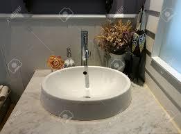 Weißes Waschbecken Auf Marmor Und Serviette Im Badezimmer Im