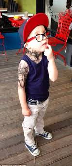 тату мастер дарит татуировки детям и лошадям