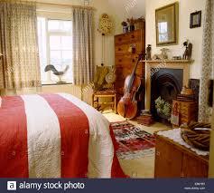 Weit Rot Weiß Gestreiften Quilt In Land Schlafzimmer Mit Cello