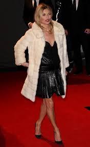 white fur coat fourrure blanche et robe noire