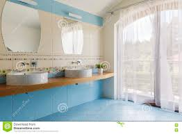 Hellblaues Badezimmer Für Zwei Stockbild Bild Von Wohnung Schön