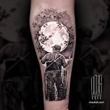 черно белая татуировка на руке