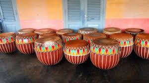 Alat musik melodis biasanya berfungsi untuk mengatur nada dalam sebuah lagu, selain itu instrumen musik ini juga memiliki banyak jenisnya, dari tradisional hingga modern. 57 Alat Musik Tradisional Indonesia Beserta Asal Daerahnya