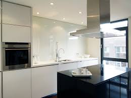 Mittelblock in schwarzem Stein Küchenzeile in weißem Stein